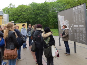 Gruppe vor dem Plan der Gedenkstätte Buchenwald bei Führung