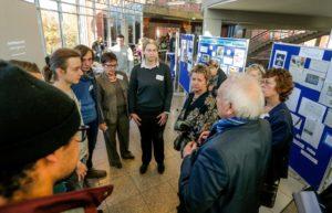 Das Foto zeigt die Gruppe mit Sylvia Löhrmann, stellvertretende Ministerpräsidentin des Landes Nordrhein-Westfalen, im Gespräch mit Jugendlichen und Lehrkräften.