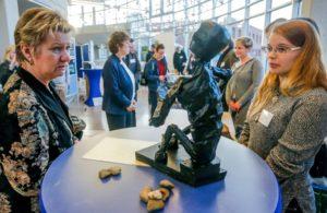 Das Foto zeigt Sylvia Löhrmann, stellvertretende Ministerpräsidentin des Landes Nordrhein-Westfalen, im Gespräch mit Schülerin Anika an der Skulptur der ausgemergelten Anna,.