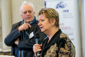 Sylvia Löhrmann, neben Peter Junge-Wentrup stehend, wendet sich an die Zuhörer