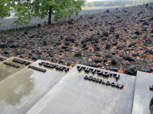 Teil der gedenkstätte Belzec mit Gedenkplatten für die Opfer aus Dortmund, Duisburg und Düsselsdorf