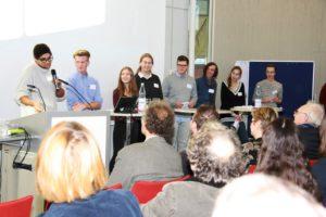 """Schülerinnen und Schüler erläutern das Konzept """"Schüler begleiten Schüler"""" des Gyymnasiums Adolfinum in Moers."""