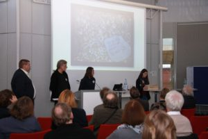 Steine, die die Namen von in Auschwitz Getöteten tragen, verteilten die Schülerinnen des St. Michael Gymnasiums Bad Münstereifel.