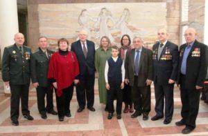 Gruppenbild der Tschernobyl-Liquidatoren und Festgäste in der Halle.