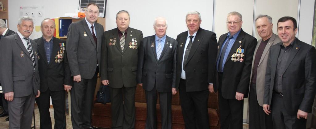Unser Foto zeigt eine Gruppe hoch dekorierter früherer Tschernobyl-Liquidatoren mit Anatolij Gubarev.