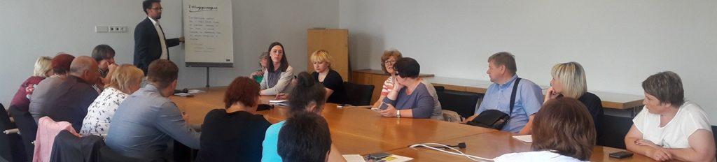 Unser Foto zeigt einen Teil der Besucher aus Belarus in der Seminarsituation.