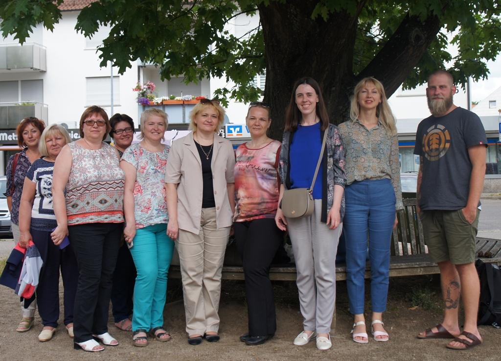 Unser Foto zeigt die Gruppe vor einem alten Baum.