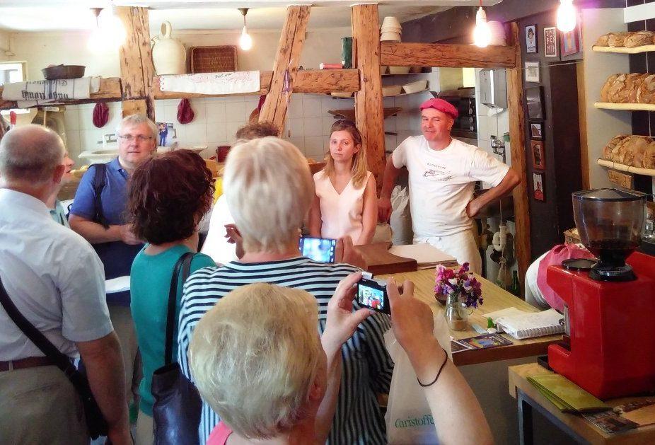 Dieses Foto zeigt die Delegation aus Belarus bei der Besichtigung einer nachhaltig arbeitenden Bäckerei in Erfurt.