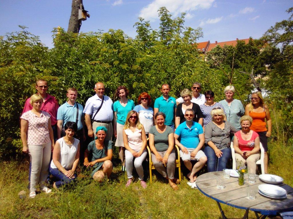 Dieses Gruppenfoto zeigt die Delegation aus Belarus bei der Besichtigung des Interkulturellen Gartens in Thüringen.