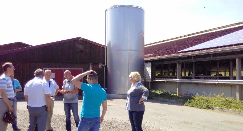 Dieses Foto zeigt die Delegation aus Belarus bei der Besichtigung eines nachhaltig arbeitenden Bauernhofes in Schlöben in Thüringen.