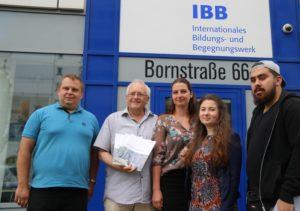 Unser Foto zeigt Peter Junge-Wentrup (2.v.l.), Geschäftsführer der IBB gGmbH, und die Bildungsreferenten Agata Grzenia (M.) und Bartholmäus Fujak (l.) vom IBB e.V.. Lehrerin Marina (2.v.r.) und Fahrten-Teilnehmer Ömer Akil (r.) vom Westfalen-Kolleg Dortmund, die in einem Pressegespräch ausführlich erzählten, warum sie im Juni 2017 an einer Gedenkstättenfahrt nach Majdanek teilgenommen haben und wie sie diese Fahrt erlebt und die Eindrücke verarbeitet haben. Foto: Mechthild vom Büchel – IBB