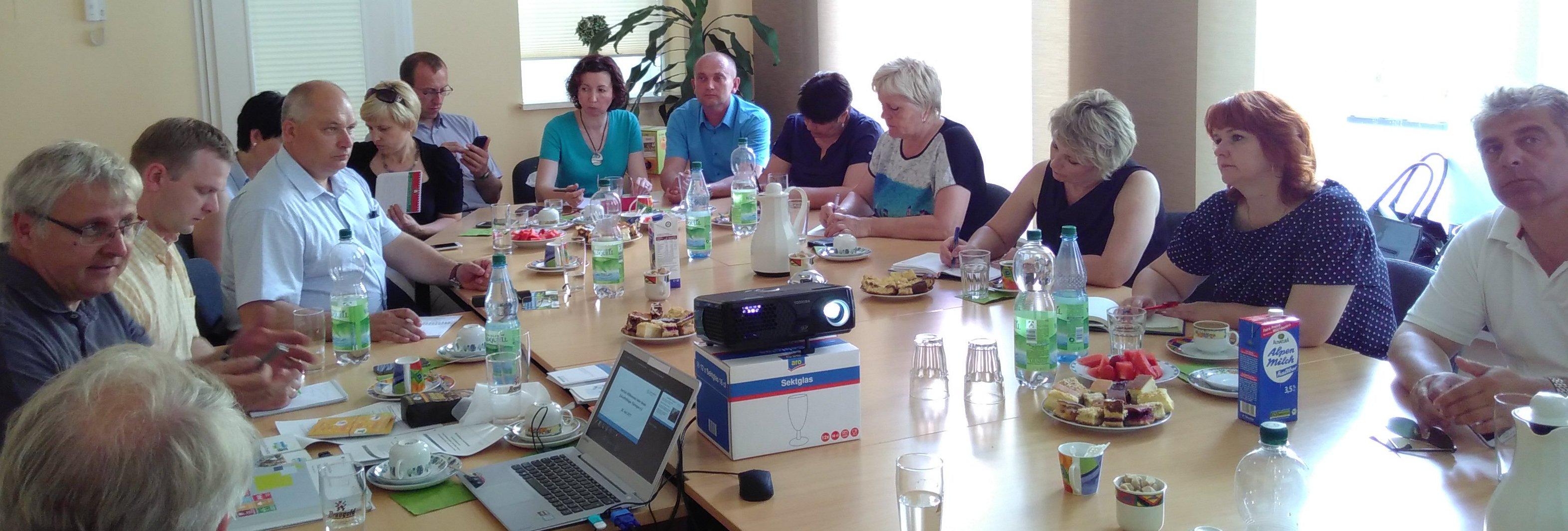 Dieses Foto zeigt die Delegation aus Belarus bei ihrem Besuch beim Verein Zukunftsfähiges Thüringen e.V.