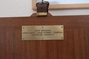 Metallschild auf einer Kamera: John versteht sich als Europäer und Dortmunder.