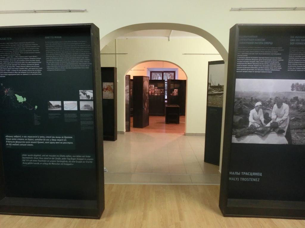 """Dieses Foto zeigt einen Blick auf die Ausstellung """"Vernichtungsort Malyj Trostenez. Geschichte und Erinnerung"""" in den Räumen der Gedenkstätte Heldenfestung Brest in Belarus."""