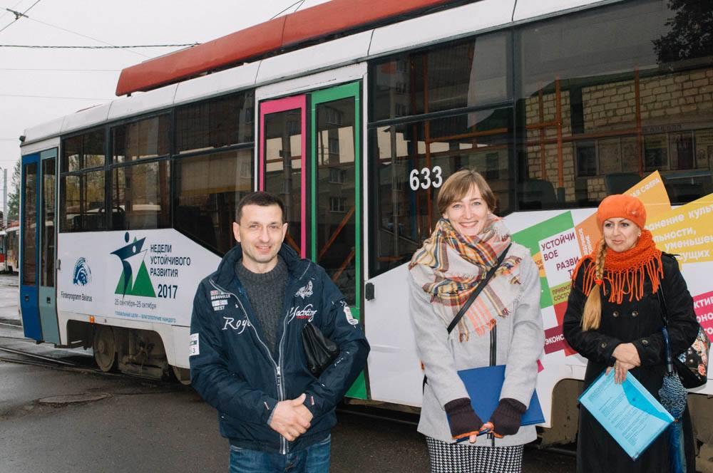 Ein bewegender Werbeträger: Dieses Foto zeigt die Straßenbahn in Vitebsk. Sie macht ein Jahr lang auf die 17 Ziele der nachhaltigen Entwicklung aufmerksam - und trägt auch das IBB-Logo.