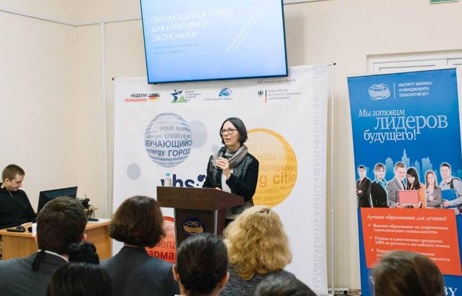 """Unser Foto zeigt IBB-Geschäftsführerin Dr. Astrid Sahm bei der Begrüßung des Publikums auf der Konferenz """"Lernende Stadt - Kreativ in die Zukunft""""."""