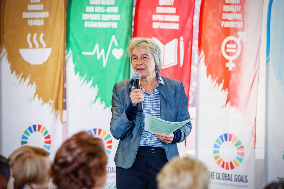 """Dieses Foto zeigt die Privatdozentin Dr. Uta von Winterfeld, Mitarbeiterin des Wuppertal Instituts für Klima und Energie, bei ihrem Vortrag auf der Konferenz """"Weibliches Unternehmertum als Faktor für Nachhaltigkeit""""."""