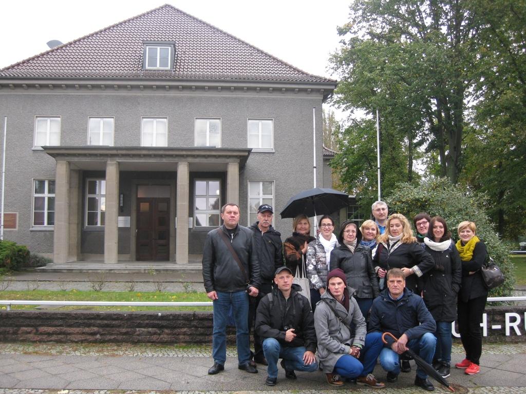 Dieses Foto zeigt eine Gruppe von Geschichtslehrern und Museumspädagogen aus Belarus bei ihrer Bildungsreise zur Erinnerungskutur in Berlin.