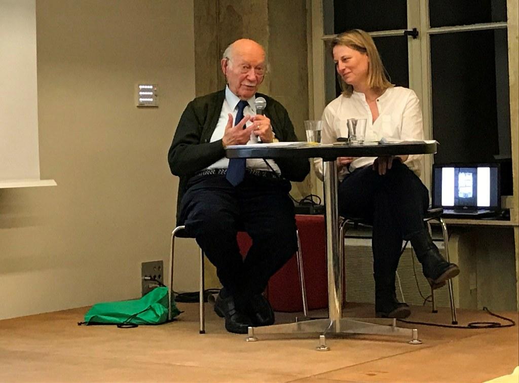 Dieses Foto zeigt Kurt Marx im Gespräch mit Larissa Schmitz.