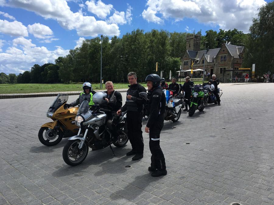 Bikergruppe auf Bildungsurlaub