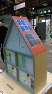 Dieses Foto zeigt im Modell, wie Energieeffizienz beim Neubau berücksichtigt werden kann im Sinne der Nachhaltigkeit.