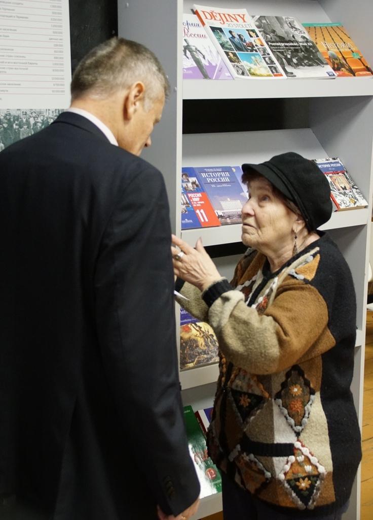 """Dieses Foto zeigt Frida Raisman, eine der letzten Überlebenden des Minsker Ghettos, im Gespräch mit Dr. Viktor Balakirev von der IBB """"Johannes Rau"""" Minsk."""