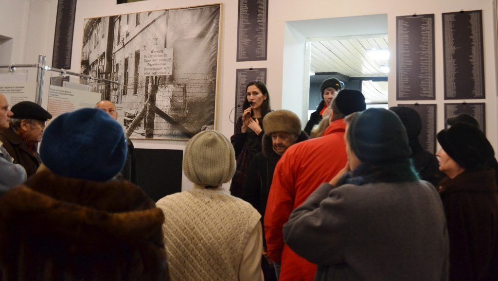 """Das Foto zeigt Besucher vor der Ausstellung """"Different Wars"""" in der Geschichtswerkstatt """"Leonid Lewin"""" Minsk"""