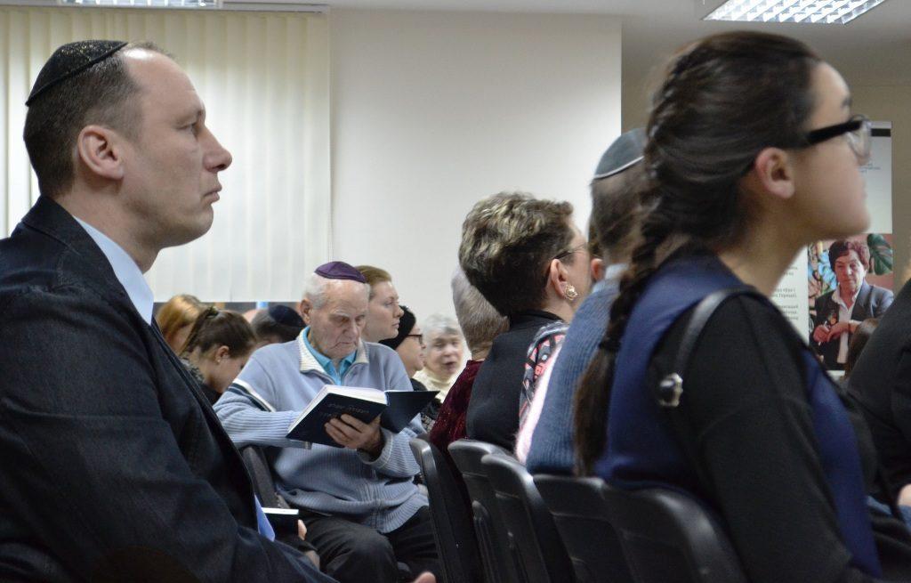 Dieses Foto zeigt einen Blick auf das Publikum bei der Gedenkstunde zum internationalen Holocaust-Gedenktag in Minsk.