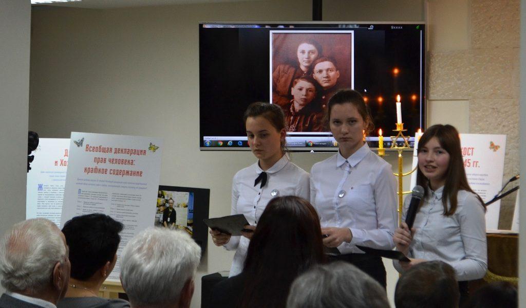 Dieses Foto zeigt zwei junge Frauen, die mit Vorträgen an der Gedenkstunde zum internationalen Holocaust-Gedenktag mitwirken.