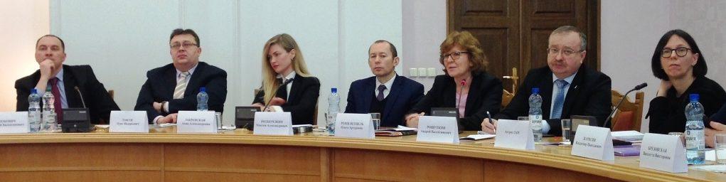 Unser Foto zeigt sieben Männer und Frauen am Runden Tisch bei einer beratung über Fragen der Weiterentwicklung des sozialen Unternehmertums im belarussischen Parlament.