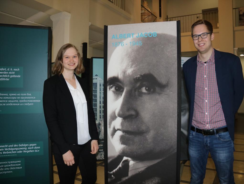 """Das Foto zeigt die Studenten Hannah Dasrin und Tobias Korte, die die Ausstellung """"Vernichtungsort Malyj Trostenez. Geschichte und Erinnerung """"um exemplarische Opfer- und Täterbiografien aus Wuppertal ergänzt haben."""