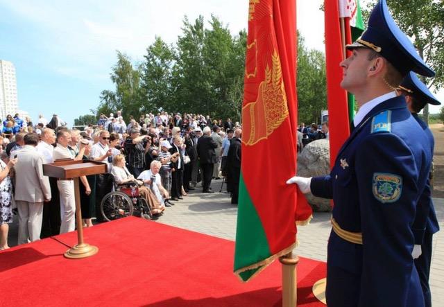 Unser Foto zeigt das Rednerpult in Minsk zur Grundsteinlegung für das Mahnmal in Minsk.
