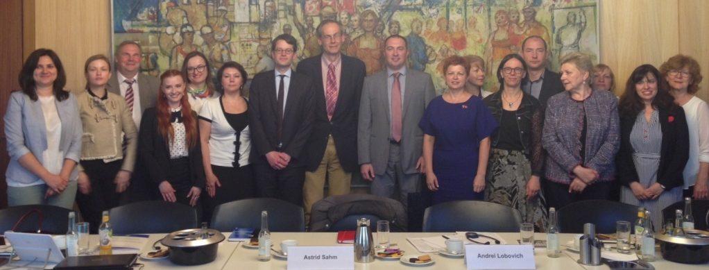 Unser Foto zeigt die Gäste hinter den Seminartischen stehend mit Staatssekretär Dr. Ralf Schmachtenberg, der die Gäste am Montag, 14. Mai 2018,. im Bundesministerium für Arbeit und Soziales begrüßt hatte.