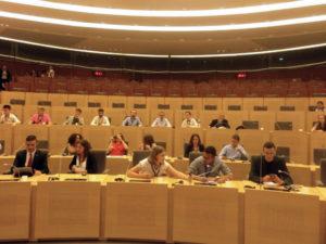 Jugendliche sitzen im Regionalratsparlament von Hauts de france