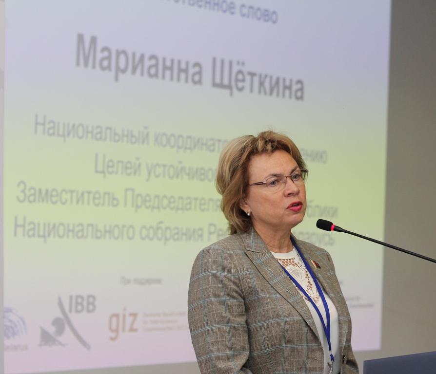 """Dieses Foto zeigt Marianna Schtschotkina, Nationale Nachhaltigkeitskoordinatorin für Belarus, am Rednerpult in der IBB """"Johannes Rau"""" Minsk: Sie berichtete von ihrem Besuch auf der 18. Jahreskonferenz des Rates für nachhaltige Entwicklung in Berlin wenige Tage zuvor."""