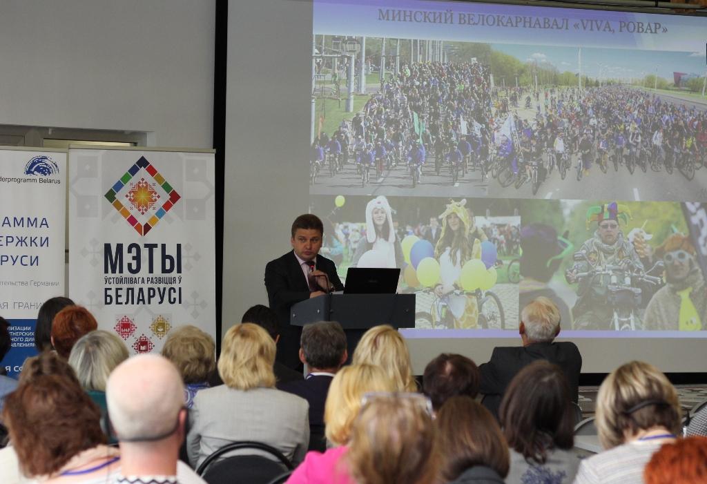 Ihar Yurkevich, stellvertretender Bürgermeister der Stadt Minsk., steht vor seiner Power-Point-Folie, die im Radfahrer in verschiedenen Situationen zeigt. Er stellte das Fahrrad-freundliche Mobilitätskonzept der Stadt Minsk vor. Das Radwegenetz misst bereits 188 Kilometer.