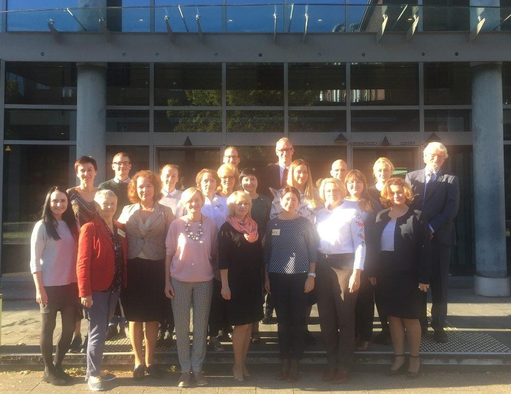UnserFoto zeigt die Studienreise -Gruppe aus Belarus vor dem Ministerium für Arbeit, Gesundheit und Soziales in Düsseldorf.