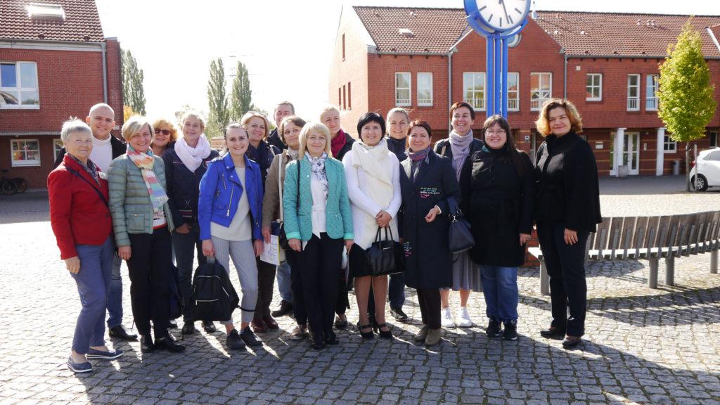 Unser Foto zeigt die Delegation aus Belarus auf einem Platz im barrierefrei angelegten Fliedner-Dorf in Mülheim.