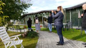 Unser Foto zeigt einen Blick in den Garten mit Gartenstühlen und  plattierten Wegen im Fledner-Dorf in Mülheim.