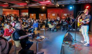 Liedermacher Boris Gott stimmte die Jugendlichen mit seiner Gitarre musikalisch ein auf den ersten Jugendkongress ErinnerungsKULTUR im Fritz-Henßler-Haus. Foto: Stephan Schuetze - IBB