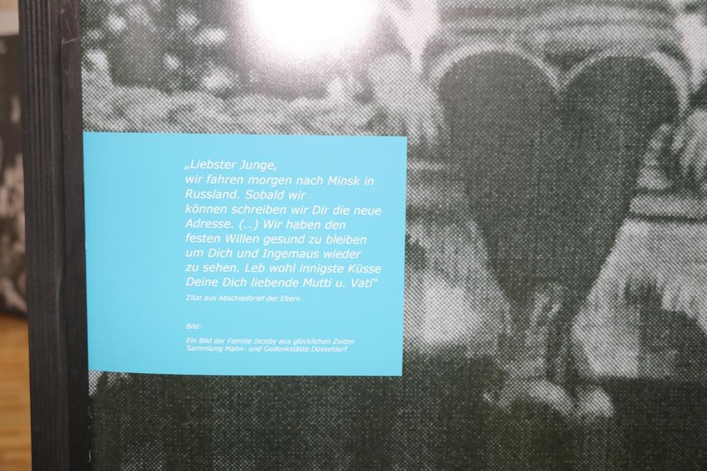 """Dieses Foto zeigt einen Ausschnitt der Düsseldorfer Stele, die den Inhalt eines Briefes der Eheleute Jacoby aus Düsesldorf zitiert: """"Liebster Junge, wir fahren morgen nach Minsk in Russland. Sobald wir können, schreiben wir Dir die neue Adresse."""""""