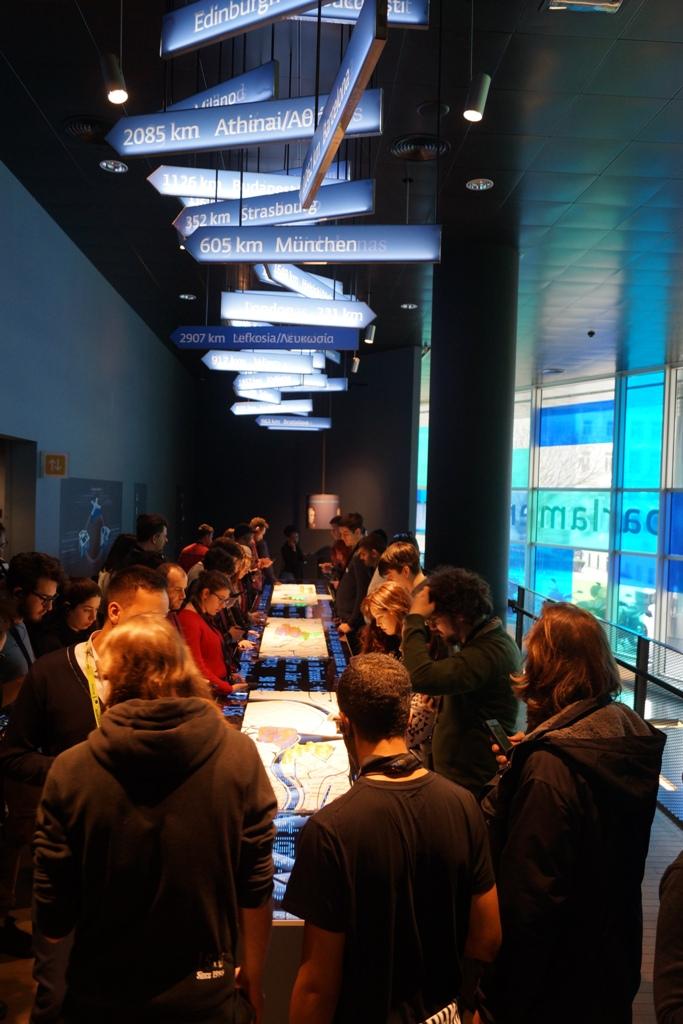 Unser Foto zeigt junge Menschen an einem Leuchttisch, die miteinander ins Gespräch kommen über Ideen für die Zukunft der Europäischen Union.