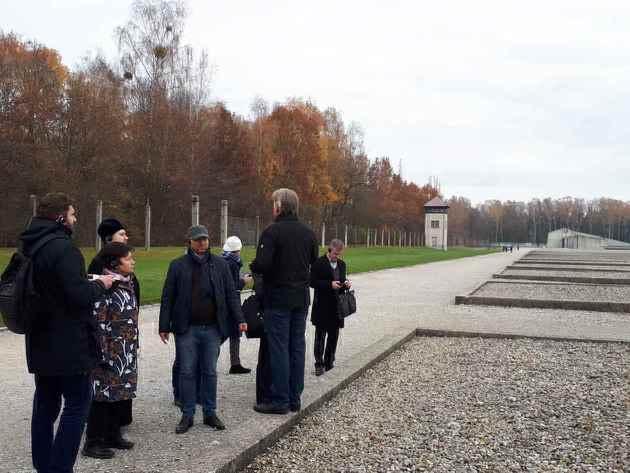 Unser Foto zeigt die Delegation aus Belarus in den Außenanlagen des Lern- und Gedenkortes Dachau.