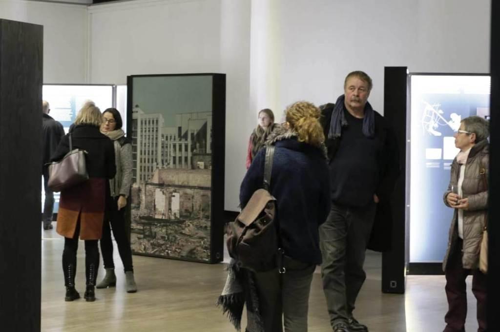 """Unser Foto zeigt Besucher der Wanderausstellung """"Vernichtungsort Malyj Trostenez. Geschichte und Erinnerung"""" in der Kongresshalle in Gießen."""