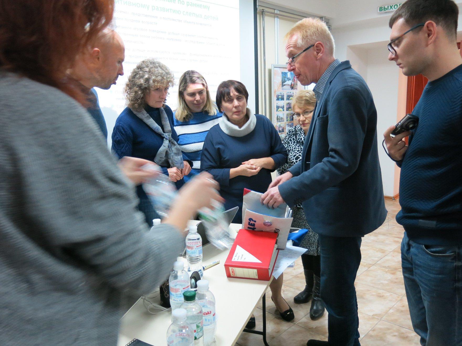 Unser Foto zeigt den deutschen Experten Dr. Werner Hecker umringt von Teilnehmenden an der Multiplikatoren-Fortbildung in der Geschichtswerkstatt Tschernobyl in Charkiw.