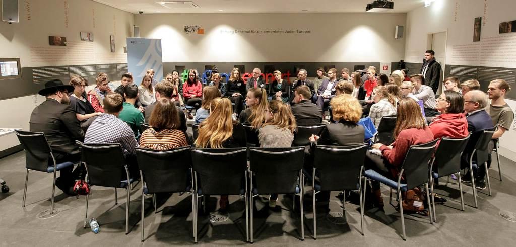 50 Jugendliche aus Mecklenburg-Vorpommern, Nordrhein-Westfalen, dem Saarland, Sachsen und Sachsen-Anhalt berichteten im Gespräch mit Familienministerin Giffey und Außenminister Maas über ihre Eindrücke von Gedenkstättenfahrten.