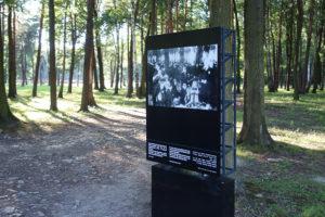 Ausstellungsstele in der Gedenkstätte Birkenau