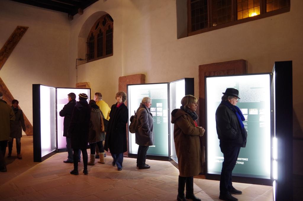 Im Anschluss an die Grußworte und Vorträge hatte erstmals das Frankfurter Publikum Gelegenheit, die Ausstellung zu besichtigen.