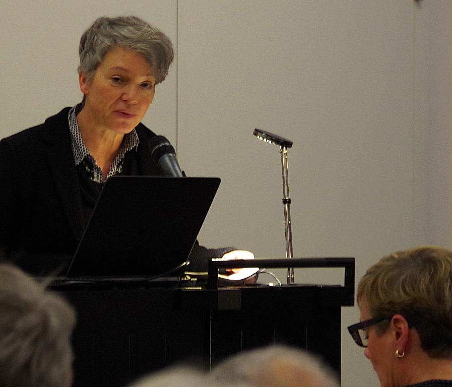 Unser Foto zeigt Dr. Ina Hartwig, Dezernentin für Kultur und Wissenschaft, bei ihrer Ansprache zur Eröffnung der Wanderausstellung in Frankfurt: Sie wünscht der Ausstellung viele junge Besucherinnen und Besucher. Foto: Carla Grimm