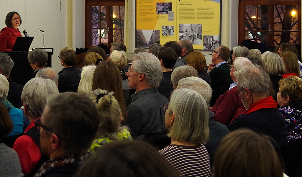 """Dr. Astrid Sahm, Geschäftsführerin der IBB gGmbH Dortmund, beschrieb die Ausstellung """"Vernichtungsort Malyj Trostenez. Geschichte und Erinnerung"""" als Teil eines größeren Engagements."""